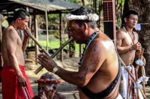 FOTO 2 Indígenas Palikur-Arukwayene tocando