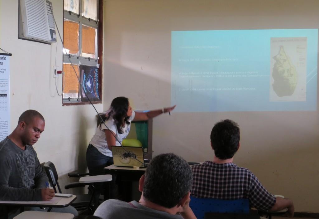 A aluna Gisélia Maciel da Licenciatura Intercultural Indígena apresenta seu trabalho Proposta de dicionário da língua Kheuól da aldeia Samaúma