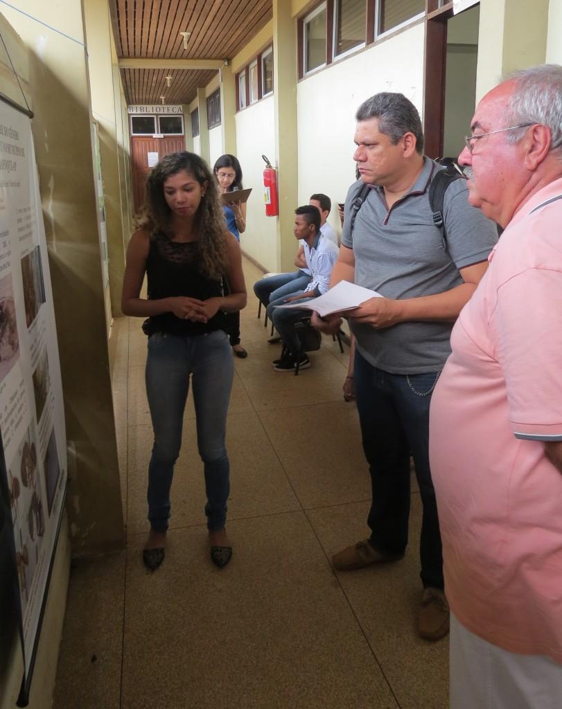 A aluna Linda Inês, do curso de Licenciatura em Ciências Biológicas, apresenta seu trabalho na sessão de pôsteres