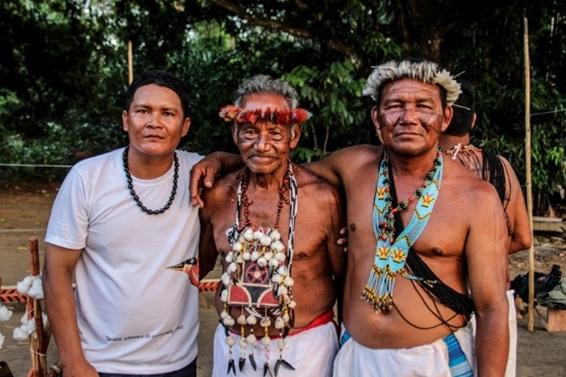 Com o sábio Wet, durante o ritual Kayka Aramtem, na aldeia Mawihgi, 2016.