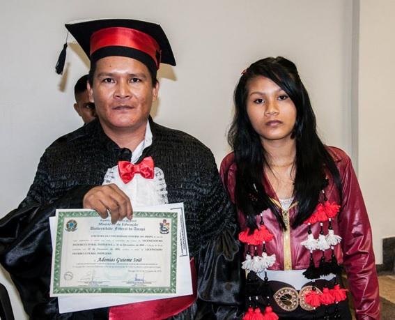 Na formatura, com o diploma do Curso de Licenciatura Intercultural Indígena, 2015.