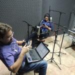 Apresentador Felipe Carvalho operando a programação especial