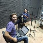 Apresentadores Felipe Carvalho e Jaqueline Carvalho na programação especial do dia dos Namorados